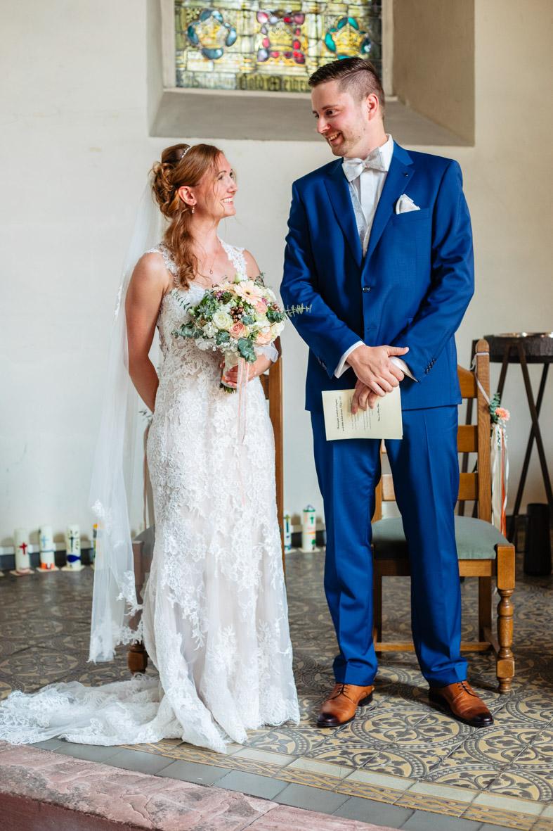 28-Hochzeit-Reportage-Trauung-Kirche-Groß-Gerau-Wallerstaedten-Laura-Fiederer-Fotografie-Hochzeitsfotograf