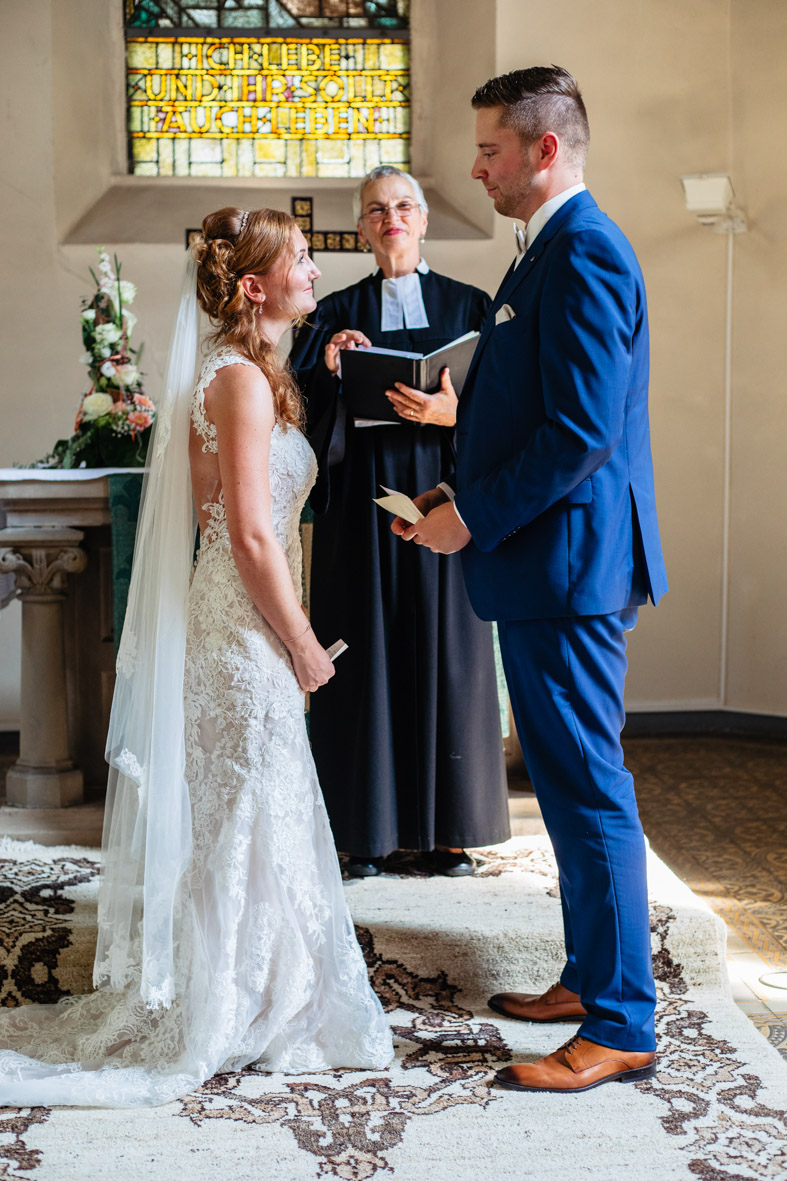 37-Hochzeit-Reportage-Trauung-Kirche-Groß-Gerau-Wallerstaedten-Laura-Fiederer-Fotografie-Hochzeitsfotograf