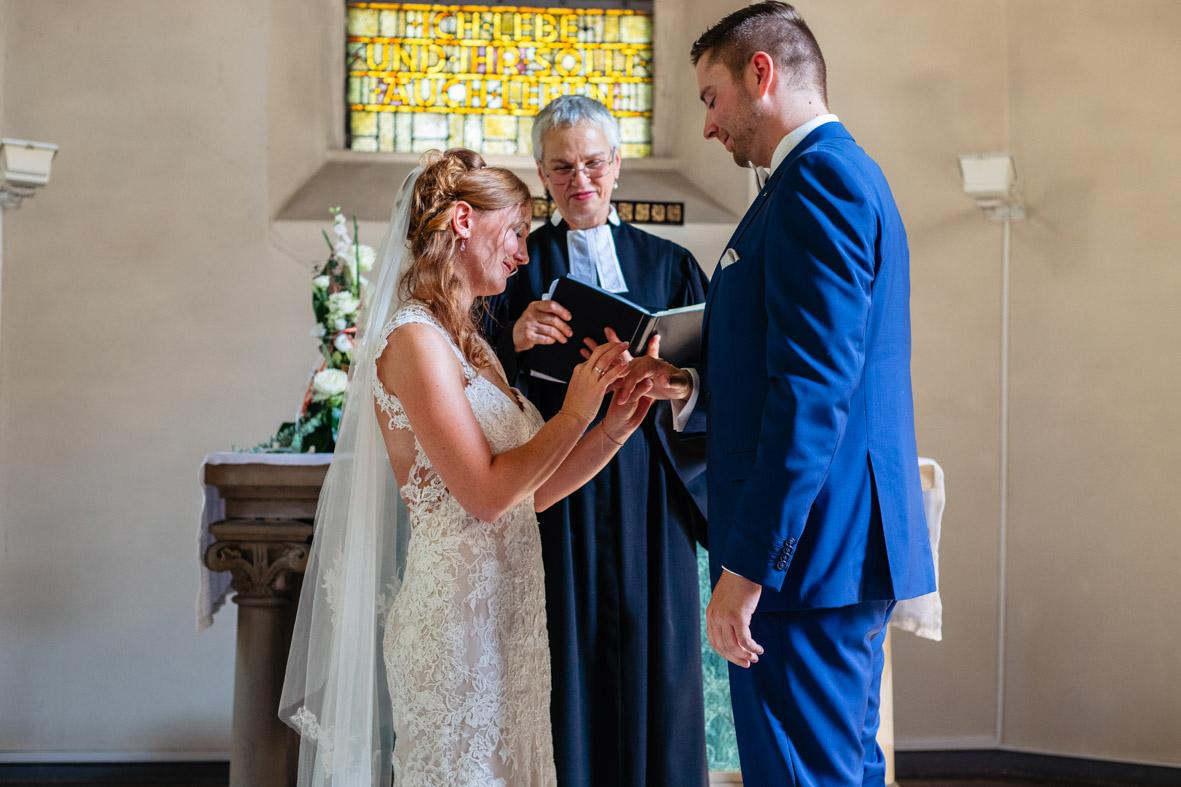 41-Hochzeit-Reportage-Trauung-Kirche-Groß-Gerau-Wallerstaedten-Laura-Fiederer-Fotografie-Hochzeitsfotograf
